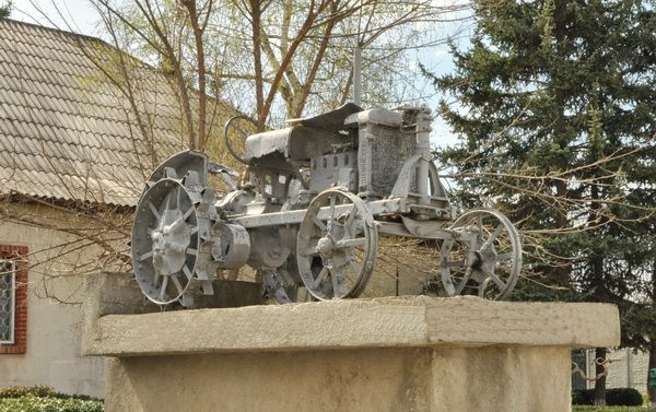 Voronkovo village . Monument to the first tractor drivers